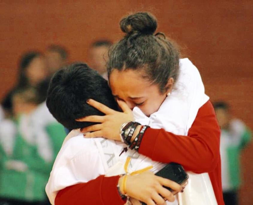Alejandro abraza a su hermana tras proclamarse Campeón de España